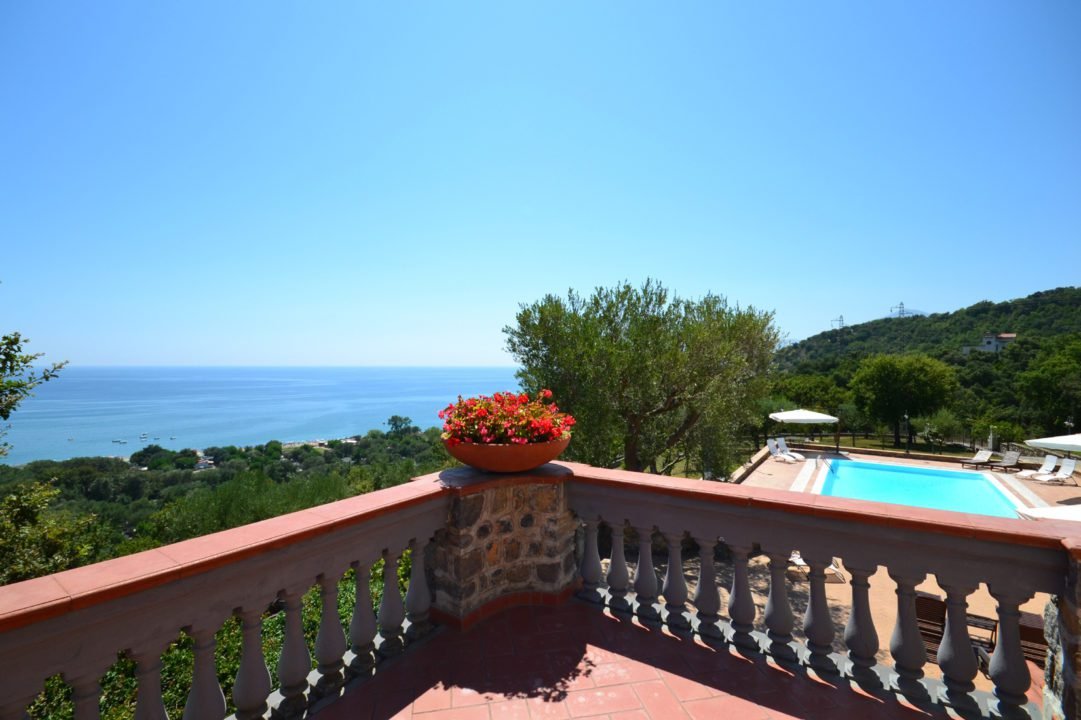 Large beach villa with pool to rent in Italy